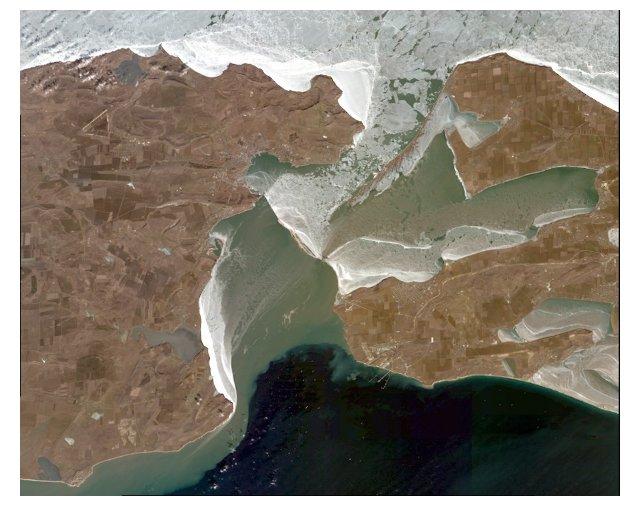 Космический снимок Керченского пролива, 14 февраля 2017 года, накопление плавучих льдин перед временными сооружениями Керченского моста